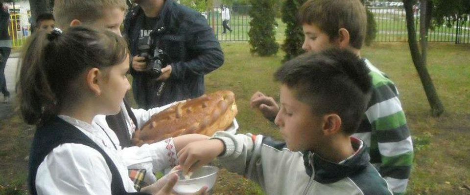 """Деци Космета са осмехом, заједно у школским клупама"""" Суботица 2012"""